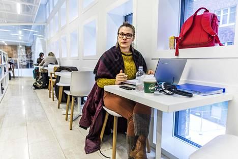 """Katja Nummelin on pyrkinyt tekemään graduun varten """"vähän jotain"""" koko ajan. Hän kirjoitti lopputyötä Helsingin yliopiston pääkirjastossa perjantaina aamupäivällä."""