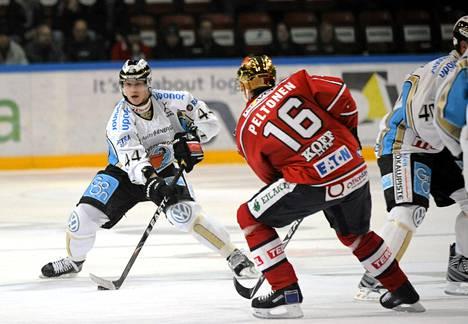Henrik Blomqvist piti kiekkoa ja Ville Peltonen häiritsi 7. lokakuuta 2010 pelatussa ottelussa.