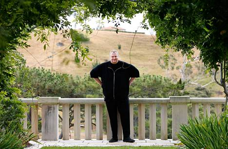 Kim Dotcom poseerasi kotitalonsa terassilla Aucklandissa tammikuussa.