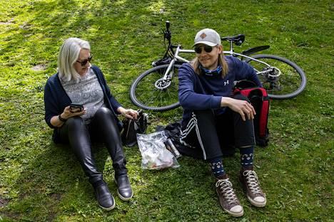 Merja Honkanen ja Pauli Saksa odottavat tulevalta kesältä lämpöä, lomaa ja mökkeilyä.