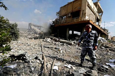 Palomies tutkii asetutkimuskeskukseen tehdyn iskun jälkiä Damaskoksessa.
