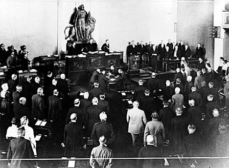 Suomen tasavallan ensimmäinen presidentti K. J. Ståhlberg antoi juhlallisen vakuutuksensa eduskunnan edessä Heimolan talossa 26. 7. 1919.
