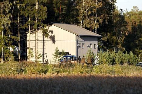 Poliiseja Airiston Helmen omistaman rakennuksen luona Ybbernäsissä Paraisilla lauantaina.