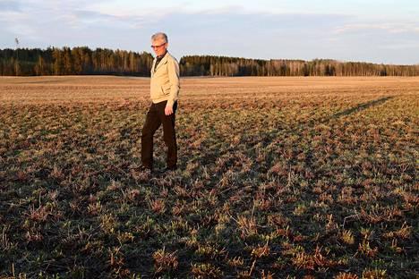 Parikkalalainen maanviljelijä Sakari Paakkinen on valmis lopettamaan maitotilan pidon ja keskittymään lintupeltoihin.