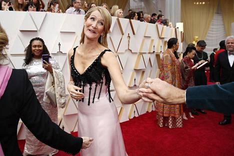 Parhaasta sivuosasta palkittu näyttelijä Laura Dern saapumassa Oscar-gaalaan.
