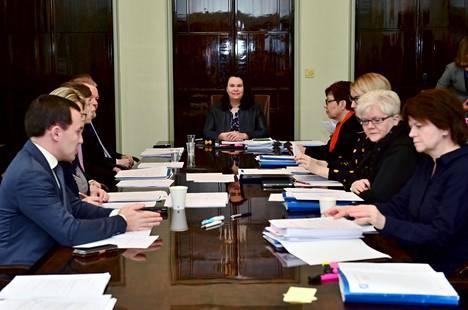Perustuslakivaliokunnan puheenjohtaja Johanna Ojala-Niemelä (sd) johti puhetta valiokunnan kokouksessa 20. helmikuuta.