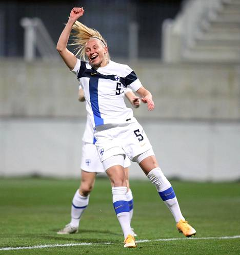 Emma Koivisto riemuitsi Suomen avausmaalia neljännellä minuutilla.