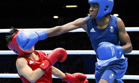 Nicola Adamsin (oik.) oikea pudotti Kiinan Cancan Renin mattoon olympialaisten naisten nyrkkeilyn kärpässarjan finaaliottelussa. Britannian Adams voitti ottelusta kultaa.