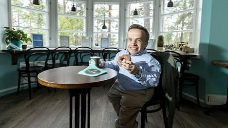 Jos Eero Herrasen ystävillä on ollut vastoinkäymisiä, Herranen vie heidät usein Tampereen Pyynikin näkötorniin lohdutusmunkkikahveille.