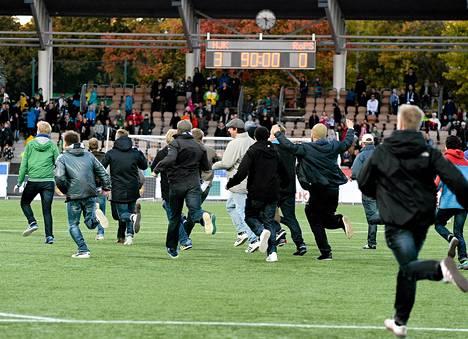 Osa HJK:n kannattajista halusi juhlia Suomen mestaruutta kentällä pelaajien kanssa.