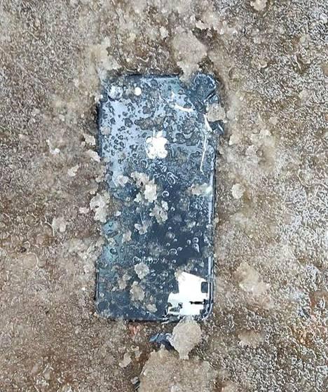 Mira Hassimi kaivoi jäähän hautautuneen puhelimen esiin ja toimitti sen poliisille.