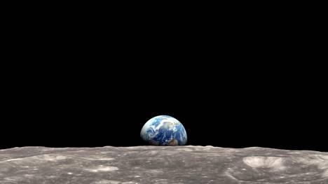 Maapallo näyttäytyy hyvin yksinäisenä pimeyden keskellä Kuun kieroradalta otetussa valokuvassa.