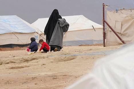 Koillis-Syyriassa sijaitsevalla al-Holin leirillä on myös Suomen kansalaisia ja heidän lapsiaan. Suomalaisnainen kuvattuna al-Holin leirillä vuonna 2019.
