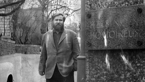 Hannu Salama matkalla hovioikeuden istuntoon Kaivopuistossa syksyllä 1966. Salama sai kolme kuukautta ehdollista vankeutta tahallisesta jumalanpilkasta.