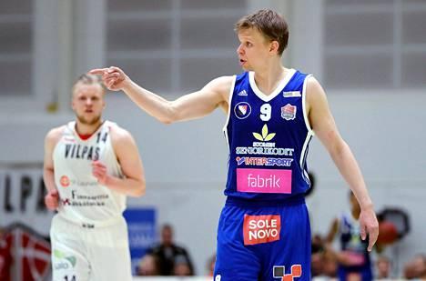 Teemu Rannikko miesten koripalloliigan ensimmäisessä finaaliottelussa Salossa.
