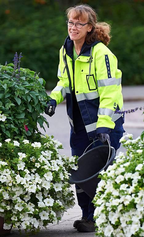 Puutarhuri Anitta Uusi-Eskolan mielestä työajan pidentämisestä ei olisi hyötyä.