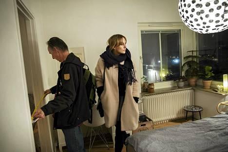 Tom Collins ja Matilda Carlsson kävivät asuntonäytössä Tukholman Årstassa viime marraskuussa.