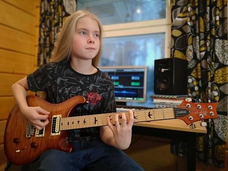 """14-vuotias Juho Ranta-Maunus treenaa kitaransoittoa päivittäin: """"Ei ole ollut sellaista vaihetta, että olisin kyllästynyt soittamiseen."""""""