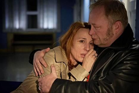 Rikos-sarjassa paitsi selvitetään nuoren Nanna Birk Larsenin murhaa myös seurataan hänen vanhempiensa (Ann Eleonora Jørgensen ja Bjarne Henriksen) raskasta surutyötä.
