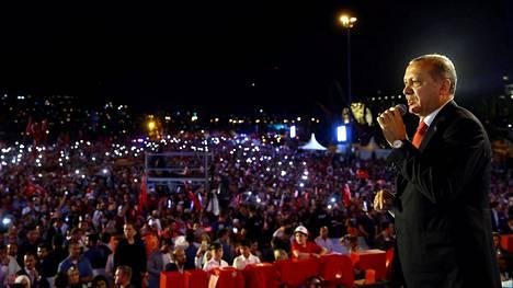 Turkin presidentti Erdogan piti puheen vallankaappausyrityksen vuosipäivänä Istanbulissa.