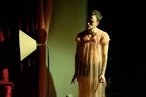 Aleksi Holkko näyttelee Teatteri Jurkan esityksessä.