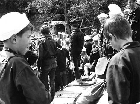 Meripartiolaisten kolmannella Satahanka-suurleirillä oli koko viikon vaihteen vilskettä. Pähkinäisissä on koolla 500 poikaa ja 60 tyttöä, aluksia on yhteensä noin 60.