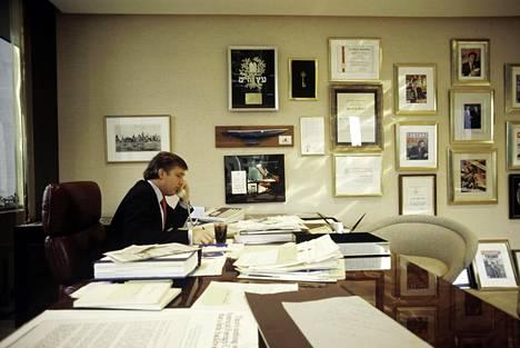 Liikemies Donald Trump toimistossaan New Yorkissa vuonna 1987.