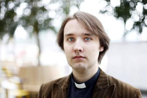 Pastori Petri Tikka tuntee Tolkienin ja haltiakielet.