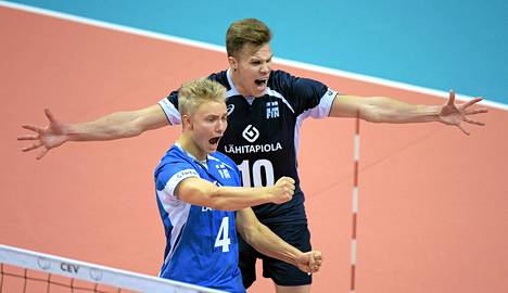 Libero Lauri Kerminen (edessä) ja Urpo Sivula juhlivat Slovakiaa vastaan.