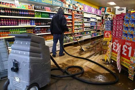 Vesi valtasi myös kauppoja ja muita sisätiloja Pontypriddissä.