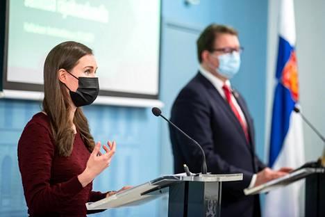 Pääministeri Sanna Marin ja johtaja Mika Salminen THL:stä perustelivat hallituksen kaavailemia liikkumisrajoituksia lehdistötilaisuudessa maaliskuun lopulla.