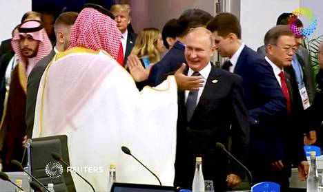 Saudi-Arabian kruununprinssi Mohammed bin Salman ja Venäjän presidentti Vladimir Putin tervehtivät perjantaina G20 huippukokouksessa Buenos Airesissa Argentinassa.