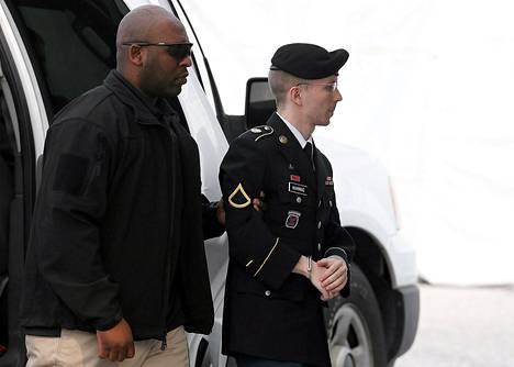 Tietovuotaja Bradley Manning kuljetettiin oikeuteen kuulemaan tuomionsa keskiviikkona.