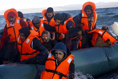 Syyrialaisia ja irakilaisia pakolaisia saapui kumiveneellä Kreikan Lesboksen saarelle uudenvuodenpäivänä.