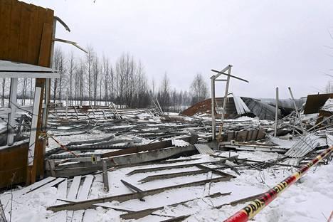 Laukaan ratsastuskoulun maneesirakennus sortui 13. helmikuuta 2013, jolloin kuoli yksi ratsastajatyttö ja neljä muuta ratsastajaa sai vakavia vammoja.