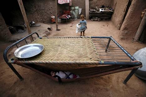 Puolivuotias Ali makasi riippumatossa perheensä kotona Islamabadin slummissa Pakistanissa.
