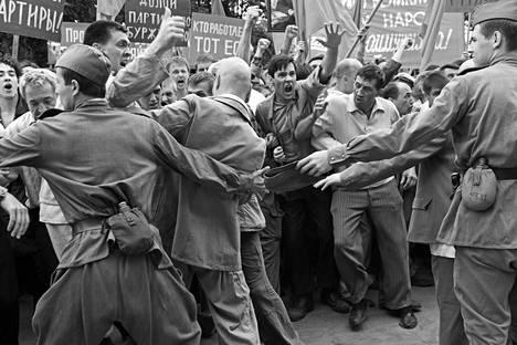 Pienen Novotšerkasskin teollisuuskaupungin työväki nousi kapinaan puoluetta ja vallanpitäjiä vastaan. Se johti verilöylyyn, jossa kymmeniä kuoli ja loukkaantui.