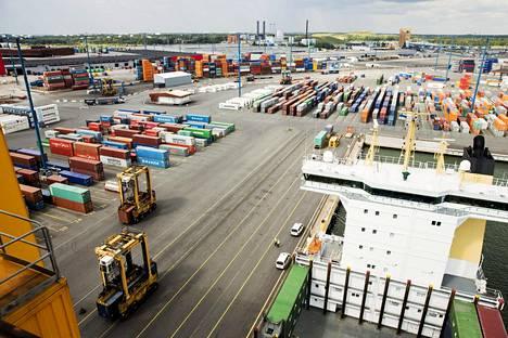 Vuosaaren satama on Suomen merkittävimpiä vientisatamia.