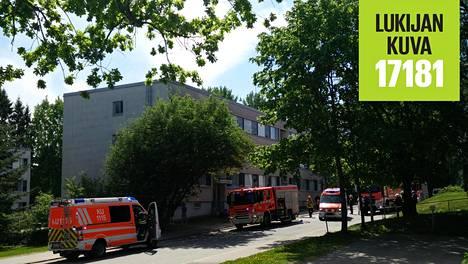 Keski-ikäinen mies loukkaantui tulipalossa Tapanilan Jäkälätiellä.