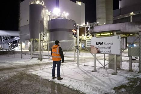 UPM:n Suomessa sijaitsevat tehtaat seisovat työehtoneuvottelun takia alkaneen lakon takia. Lakkovahti seisoi UPM:n Kaukaan tehtaan portilla varhain maanantaiaamuna.