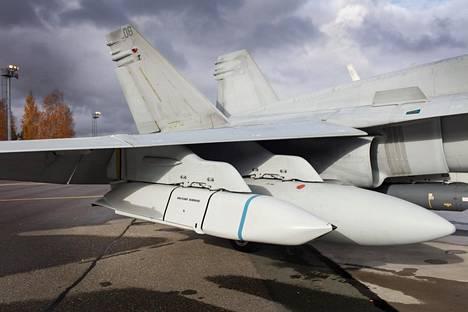 Hornetin siiven alla vasemmalla on Jassm-ohjuksen harjoittelukappale. Kuva on otettu keskiviikkona Rissalassa Ruska-ilmasotaharjoituksessa.