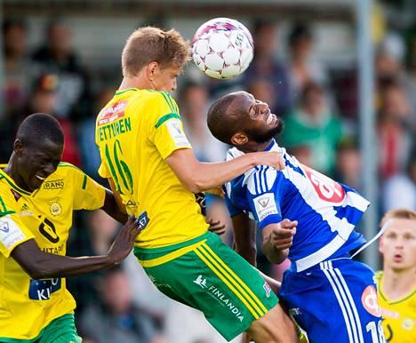 Ilveksen Tatu Miettinen ja HJK:n Ousman Jallow taistelivat pääpallosta Veikkausliigan ottelussa Tampereella 30. elokuuta.