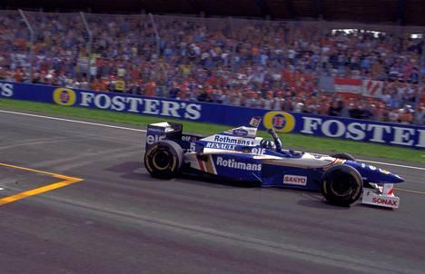 Italiassa sijaitseva Imolan moottorirata on yksi niistä tutuista radoista, joille F1-sarja saattaa tehdä täksi vuodeksi paluun. Kuvassa Damon Hill juhlii vuoden 1996 osakilpailun voittoa.