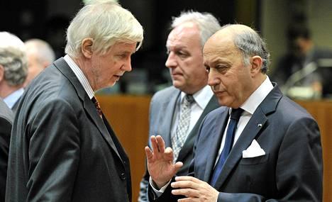 Suomen ulkoministeri Erkki Tuomioja keskusteli ranskalaisen kollegansa Laurent Fabiuksen kanssa Ukrainan kriisin takia kokoontuneessa EU:n ulkoministeritapaamisessa Brysselissä maanantaina.
