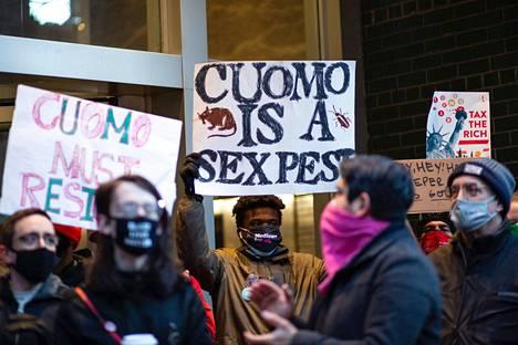 Mielenosoittajat vaativat Andrew Cuomon eroa tiistaina New Yorkissa.
