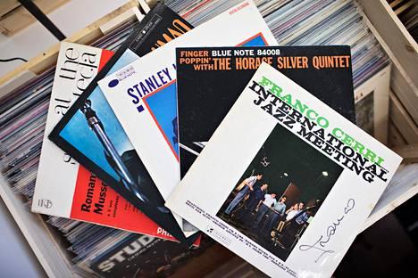 Lp-levyt ovat kasvattaneet reippaasti suosiotaan musiikinharrastajien parissa 14 viime vuoden aikana. Kuvassa vanhoja jazzlevyjä We Jazz -levykaupan avajaisista marraskuulta 2019.