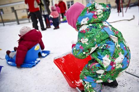 Lapsia leikkimässä pihalla Aleksin päiväkodissa, Helsingissä helmikuussa 2014.