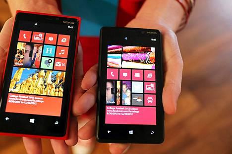 Nokian Lumia 920 (vas.) ja 820 -puhelimet olivat näytillä New Yorkissa keskiviikkona.
