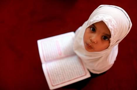 Tyttö istui lukemassa koraania koulussa Benghazissa, Libyassa.