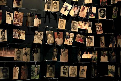 Ruandan kansanmurhan uhrien kuvia on esillä museossa Kigalissa. Kansanmurhassa kuoli noin 800 000 ihmistä sadan päivän aikana vuonna 1994.